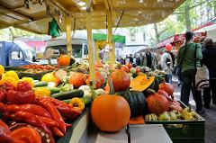 Wochenmarkt auf dem Spritzenplatz - Stadtteil Hamburg Ottensen. Kürbisse an einem Gemüsestand.
