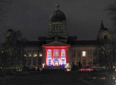 Hamburger Landgericht bei Nacht - Nachtaufnahme; historisches Gerichtsgebäude mit rot und blau beleuchtetem Eingang - Bilder aus dem Stadtteil Hamburg Neustadt.