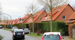 Doppelhäuser hinter hohen Hecken - Bilder aus Hamburg Hausbruch, Bezirk Hamburg Harburg.
