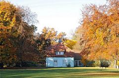 Gebäude der KITA Hohenbuchen zwischen Herbstbäumen - Eichen und Buchen.