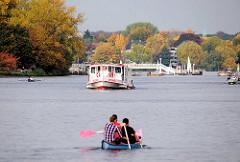 Alsterufer beim Hamburger Statteil Rotherbaum - Herbst in Hamburg - Herbstbäume an der Aussenalster - Alsterdampfer Bredenbek und Paddelboot Kanu auf dem Wasser.