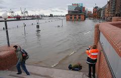 Blick von der Sturmflutsicherungsanlage auf den Altonaer Fischmarkt - das Gelände steht unter Wasser - die Wassertreppe zum Fähranleger ist kaum noch zu erkennen.