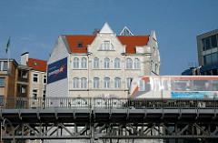 Hochbahnviadukt an den Vorsetzen - Hochbahn in Fahrt - mehrstöckiges Historisches Wohnhaus.