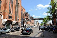 Historische Speichergebäude in der Grossen Elbstrasse - Kopsteinpflaster auf der Strasse am Hafen.