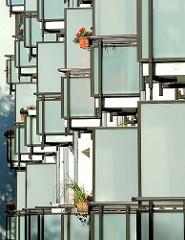 Neubau in der Hassellbrookstrasse, im Hamburger Stadtteil Eilbek - Balkons, Balkonverkleidung aus Stahl und Glas