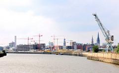 Blick über den Baakenhafen zum Versmannkai - Silhouette Hamburgs.