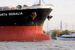 """Bug des Massengutfrachters """"Santa Rosalia"""" auf der Elbe - der Bulk Carrier hat seine Ladung gelöscht und liegt hoch im Wasser - im Hintergrund ein Fahrgastschiff der Hamburger Hafenrundfahrt."""