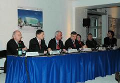 Präsentation des Siegerentwurfs für die geplante Bebauung des Hamburger Domplatzes ( 2006 ) - ein 70x70m grosser Glasbau soll auf dem Domplatz für 40 Mio EUR entstehen - Vertreter des Investorenkonsortiums, Architekt, SenatorIn sowie Oberbaudirektor