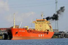 Der Tanker CAPE EGMONT liegt in der Rethe an der Löschanlage in Hamburg Wilhelmsburg.
