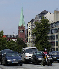 Hamburg Eimsbüttel, dichter Strassenverkehr auf der Fruchtallee. Kirchturm der Jerusalemkirche.