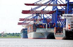 Schiffe am Kai des Terminals Altenwerder - Containerhafen Hamburg.