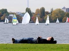 Entspannung an der Alster in der Herbstsonne - Segelboote auf der Aussenalster; Fotos aus HH- Hohenfelde.