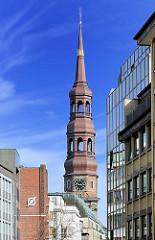 Kirchturm der Hamburger St. Katharinenkirche - moderne Bürogebäude.