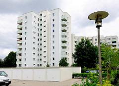 Parkplätze und Garagen - weisses Hochhaus mit Balkons - Architektur in Hamburg STeilshoop.