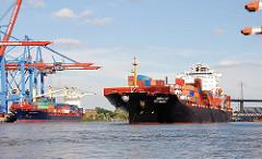 Das Containerschiff SCI MUMBAI legt im Hamburger Hafen ab - lks. die Containerkräne am Burchardkai, im Hntergrund die Köhlbrandbrücke.