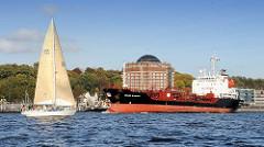 Der Tanker STOLT AVOCET auf der Elbe vor Hamburg Neumühlen - ein Segleschiff unter Segeln.