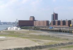 Blick über den Grasbrookhafen zum Gebäude des Kaispeicher A. ( 2003)