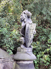 Steinerner Löwe mit Hamburg Wappen an der Feenteichbrücke in Hamburg Uhlenhorst.