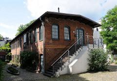 Hinterhof in der Winterhuder Rehmstrasse - Gewerbegebäude in Ziegelarchitektur.