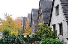 Einzelhäuser mit Vorgarten - Wohnen in den Hamburger Vororten - Stadtteil Lurup, Flurstrasse.