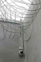 Gefängnismauer Stacheldraht Überwachungskamera Justizvollzugsanstalt Billwerder Hochsicherungsgefängnis.