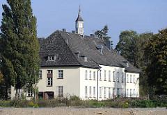 Kasernengebäude mit Uhrenturm auf der Gelände der ehemaligen Lettow-Vorbeck Kaserne - Neubauvorhaben auf dem Kasernengelände in Hamburg Jenfeld.