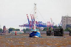 Fischerboot auf der Hamburger Elbe - im Hintergrund lks. das Lotsengebäude am Seemannshöft und die Container Kräne im Waltershofer Hafen.