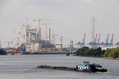 Schubverband auf der Süderelbe vor Hamburg Harburg - im Hintergrund Baustelle Kohlekraftwerk Moorburg.