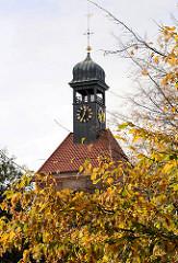 Kirchturm der Christianskirche in Hamburg Ottensen - barocker Kirchenbau von 1738. Baum mit Herbstblättern im Vordergrund.