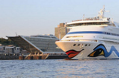 Kreuzfahrtschiff AIDA AURA läuft aus - Höhe Dockland.