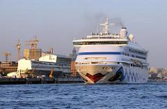 Kreuzfahrtschiff AIDA AURA vor Hamburg Altona - der Passagierdampfer läuft aus dem Hamburger Hafen aus.