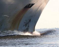 Schiffsbug in Fahrt auf der Niederelbe - Wulstbug unter Wasser.