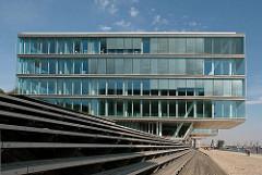 Architektur in Hamburg - moderne Bürohauser in Hamburg Neumühlen - Gebäude im Hambuger Hafen, Elbufer.