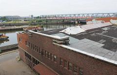 Blick über das Gelände am Brandshofer Deich; Billehafen und Eisenbahnbrücke über den Oberhafenkanal.