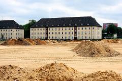 Sandfläche und Sandhügel - Kasernengebäude auf dem Gelände der Lettow-Vorbeckkaserne in Hamburg Tonndorf, Bezirk Wandsbek.