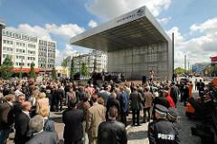 Eröffnungsfeierlichkeiten auf dem Hamburger Spielbudenplatz - bewegliche Bühne. Bilder aus dem Stadtteil St. Pauli.