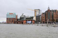 Überschwemmung in Hamburg - gefluteter Fischmarkt und Grosse Elbstrasse - Hochwasser in Hamburg Altona.