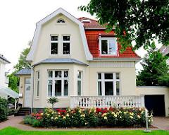Vorstadtvilla in Hamburg Lokstedt - Rosenbeet vor dem Haus - Stadtvilla in Hamburg.