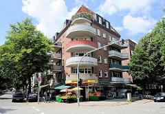 Wohngebäude mit runden Balkons - Eckhaus an der Jarrestrasse und Grossheidestrasse; Obst und Gemüseverkauf.