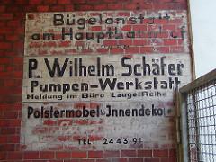 Alte Firmenschilder - Bemalung auf der Hauswand - Bügelanstalt, Pumpenwerkstatt, Polstermöbel in Hamburg St. Georg.