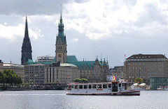 Alsterschiff auf der Binnenalster - Hamburg Panorama mit Rathausturm + Kirchturm der Nikolaikirche.