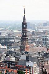 Kirchturm der Hamburger St. Katharinenkirche, eine der Hauptkirchen der Hansestadt - Luftaufnahme der Altstadt Hamburgs.