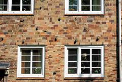 Klinkerfassade mit Sprossenfenstern in der Helmholzstrasse - Bezirk Altona - Stadtteil Ottensen.
