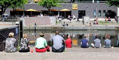 Uferpromenade am Mittelkanal im Hamburger Stadteil Hammerbrook - Mittagspause  in der City Süd.