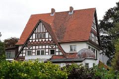 Hamburgs Architektur - Vorstadtvilla im Heimatstil - Hausgiebel mit Fachwerk versehen.