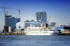 Kreuzfahrtschiff BREMEN im Hamburger Hafen - Liegeplatz Kreuzfahrtterminal Hafencity - Unilevergebäude und Wohnhaus; moderne Hamburger Architektur.