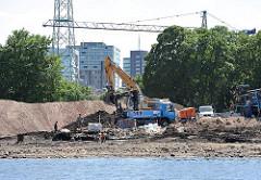 Baustelle am Harburger Überwinterungshafen - Abriss des Hansenspeichers. Bagger auf Bauschutt.