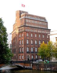 Historisches Gebäude der Patriotischen Gesellschaft an der Trostbrücke in Hamburg Altstadt - die Hamburg Flagge weht auf dem Dach. Das Haus wurde 1850 errichtet, Architekt Theodor Bülau.