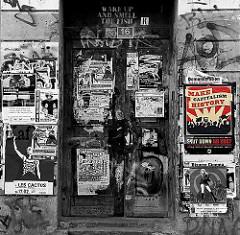 make capitalism historie; plakate an einem hauseingang eines wohnhauses der st. pauli hafenstrasse.