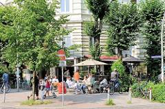 Cafe unter den Linden - Seitenstrasse mit Tischen in der Sonne - Bilder aus dem Hamburger Stadtteil Sternschanze.